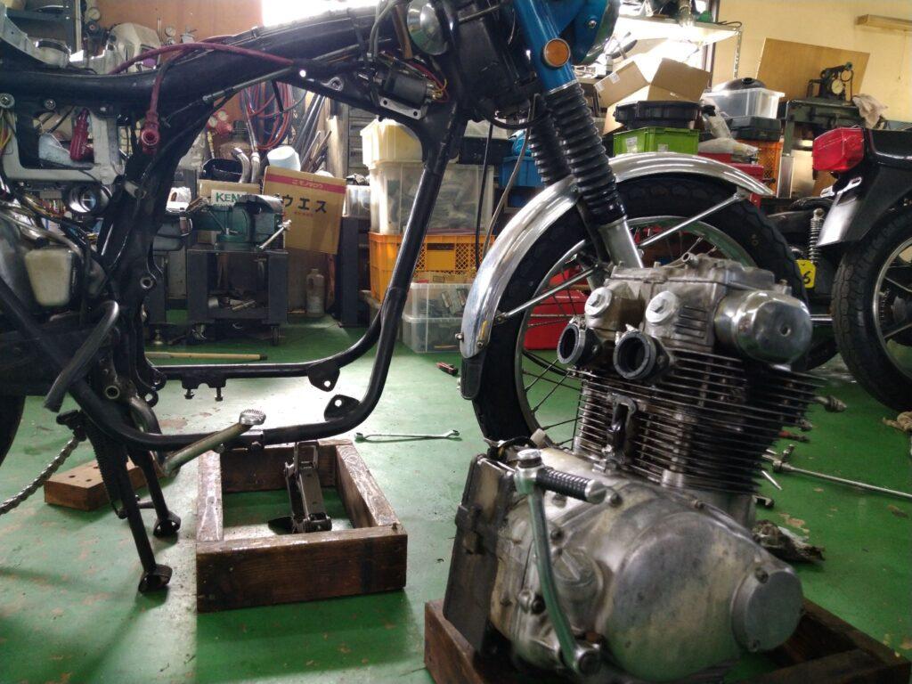 CL250のエンジンをおろした写真
